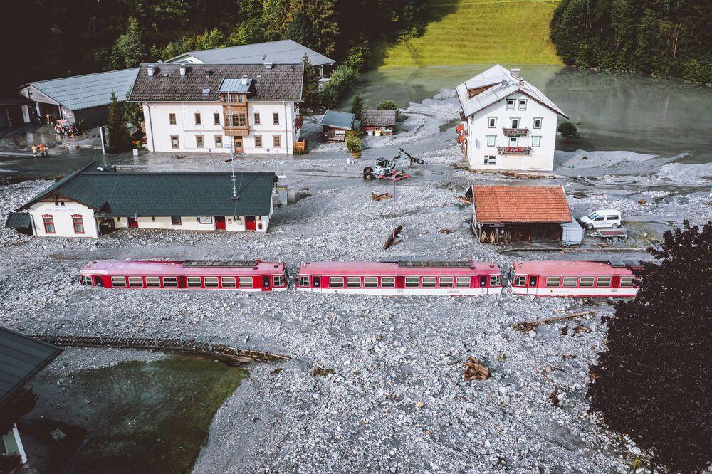 Trem preso após uma enchente perto de Salzburgo, Áustria,17 de agosto de 2021