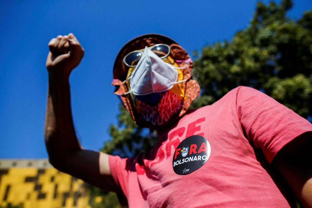 Homem protestando contra a política do presidente Jair Bolsonaro em frente do Congresso Nacional, 18 de agosto de 2021