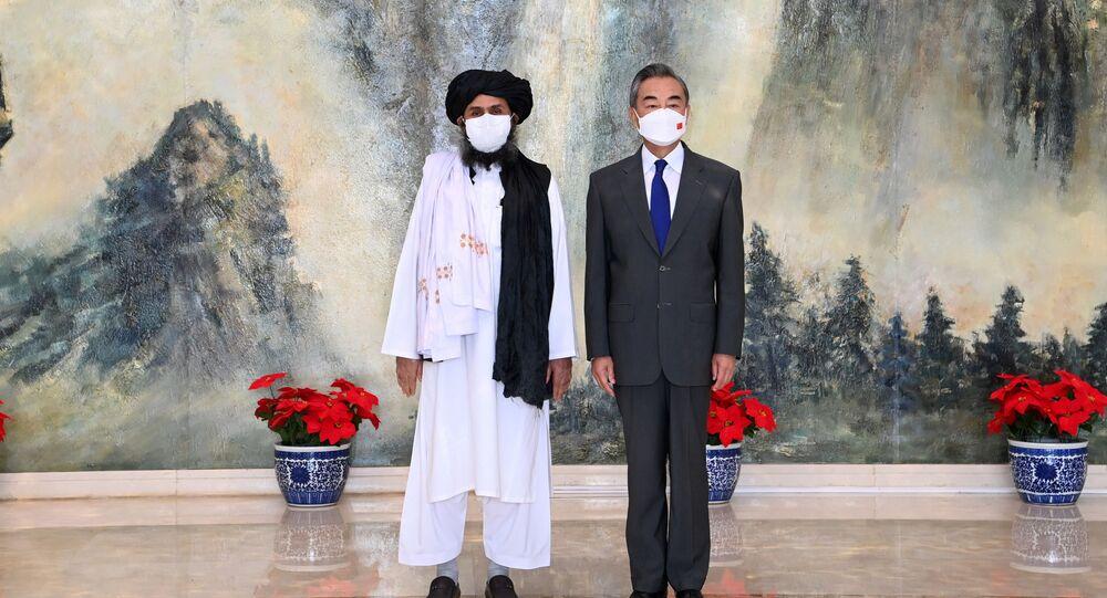 O conselheiro de Estado chinês e ministro das Relações Exteriores, Wang Yi, encontra-se com o mulá Abdul Ghani Baradar, chefe político do Talibã no Afeganistão, em Tianjin, China, em 28 de julho de 2021