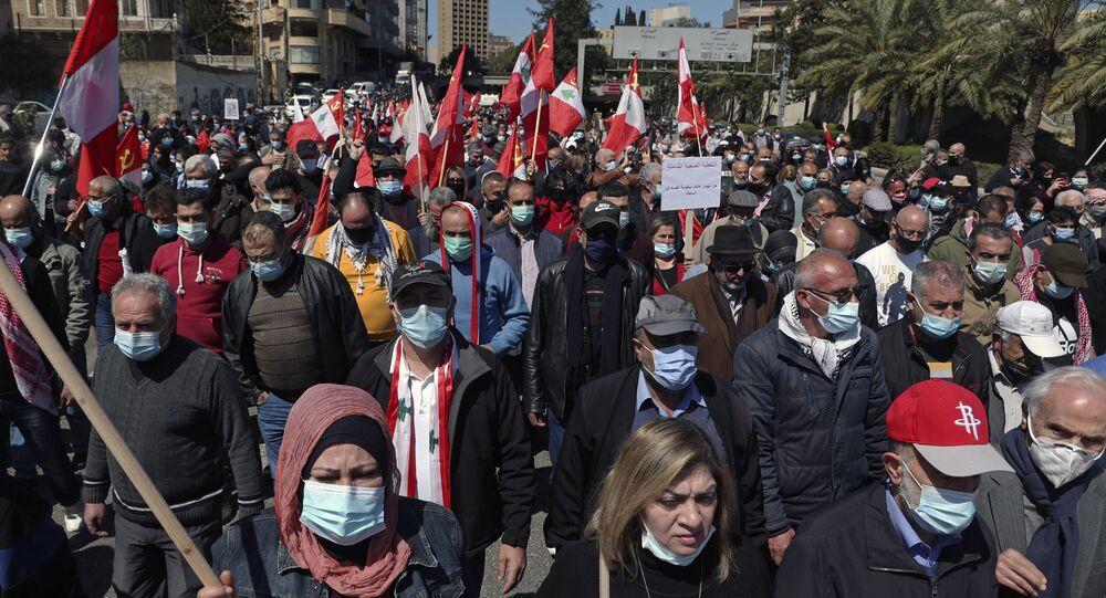 Libaneses marcham contra a liderança política que eles culpam pela crise econômica e financeira, em Beirute, Líbano, 28 de março de 2021