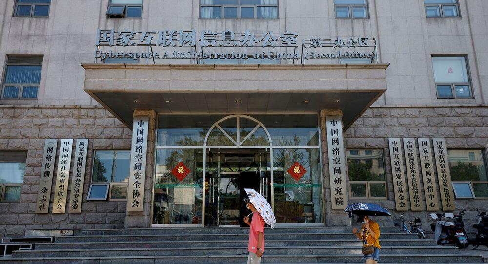 Pessoas passam por um escritório da Administração do Ciberespaço da China (CAC) em Pequim, China, em 8 de julho de 2021