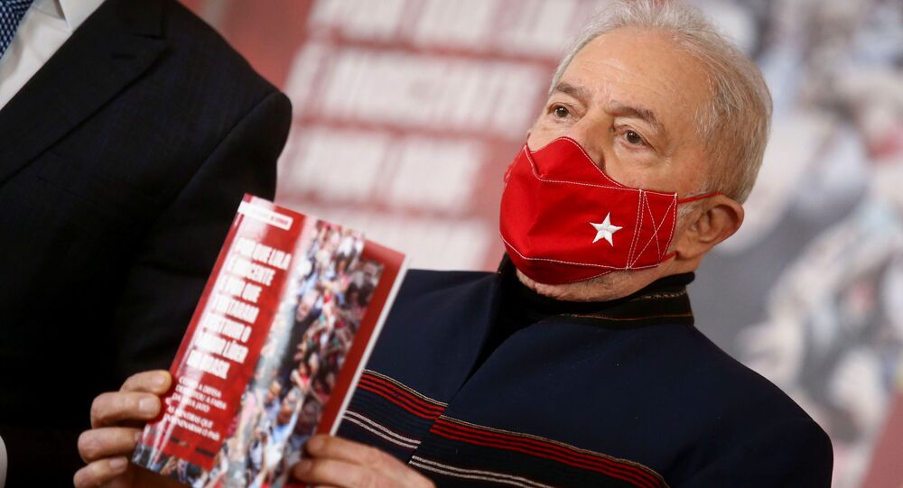 """O ex-presidente brasileiro Luiz Inácio Lula da Silva assiste ao lançamento do livro """"Por que Lula é inocente e por que tentaram destruir o maior líder do Brasil"""", em São Paulo, Brasil, 12 de agosto de 2021"""