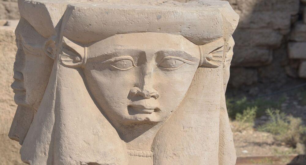 Deusa egípcia Hathor esculpida em pedra