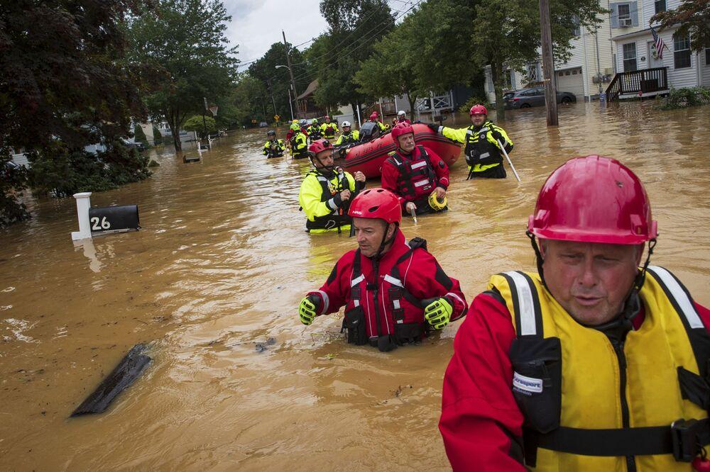 Bombeiros voluntários procuram vítimas da inundação causada pela tempestade tropical Henri no estado de Nova Jersey, EUA, 22 de agosto de 2021