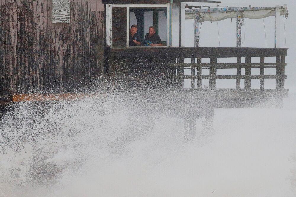 Pessoas olham para grandes ondas enquanto tempestade tropical Henri se aproxima da cidade de South Kingstown, Rhode Island, EUA, 22 de agosto de 2021