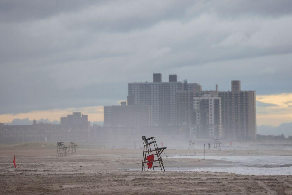 Praia fechada após tempestade tropical Henri em Nova York, EUA, 22 de agosto de 2021