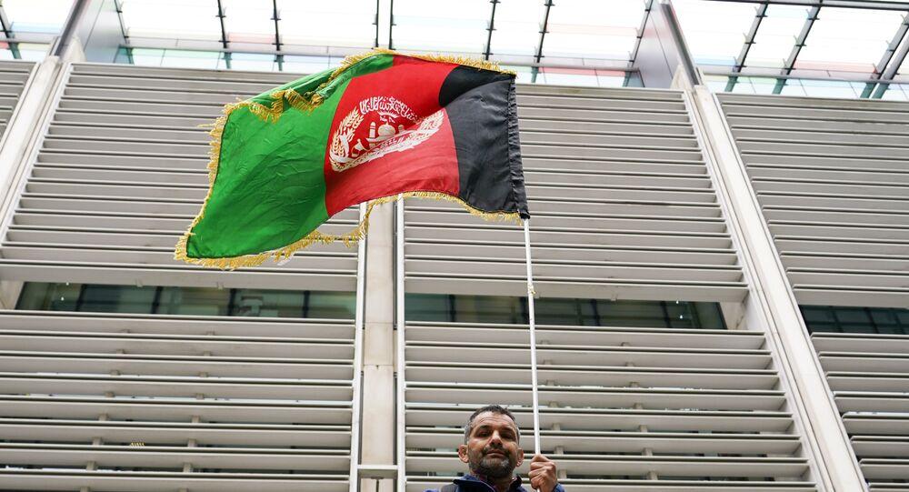 Manifestante segura bandeira do Afeganistão, Londres, 23 de agosto de 2021