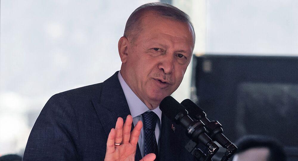 Presidente turco Recep Tayyip Erdogan faz discurso após um desfile na parte norte da capital dividida de Chipre, Nicósia, na autodenominada República Turca do Norte de Chipre, em 20 de julho de 2021