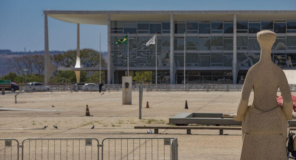 Monumento na entrada do STF e vista da fachada do Palácio do Planalto em Brasília (foto de arquivo)