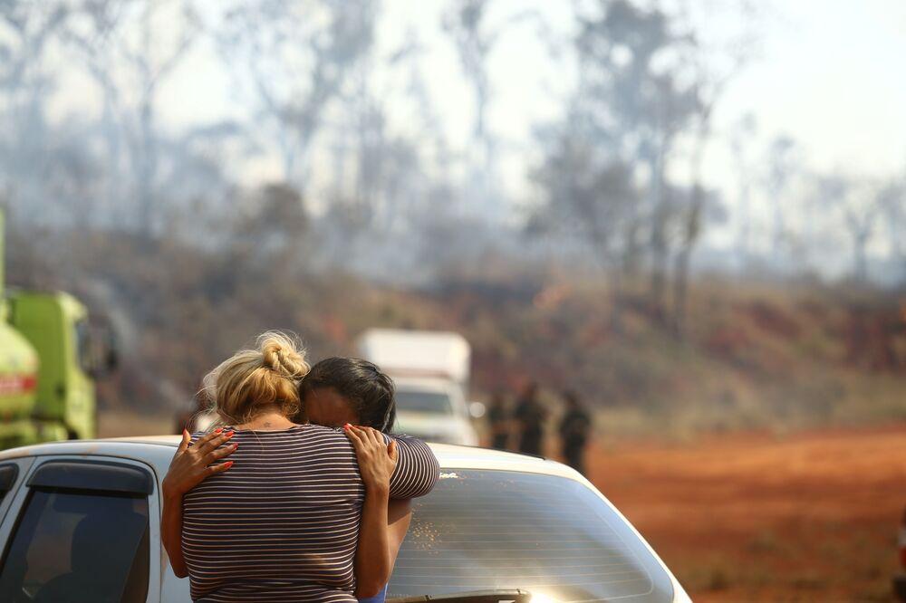 Duas mulheres choram após um balão ter caído no Parque Estadual do Juquery, em Franco da Rocha, na Grande São Paulo, Brasil, 23 de agosto de 2021