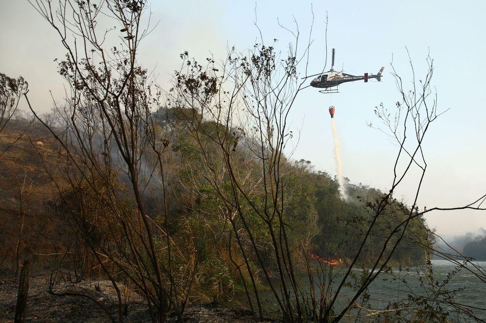 Helicóptero combate incêndio no Parque Estadual do Juquery, em Franco da Rocha, na Grande São Paulo, Brasil, 23 de agosto de 2021