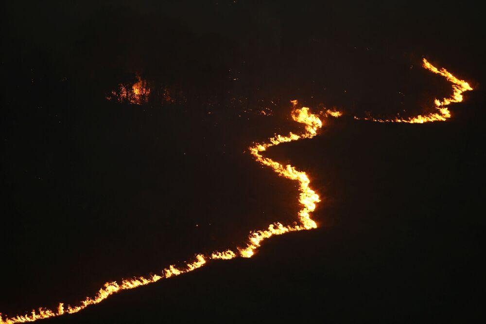 Fogo consome vegetação no Parque Estadual do Juquery, em Franco da Rocha, na Grande São Paulo, Brasil, 23 de agosto de 2021
