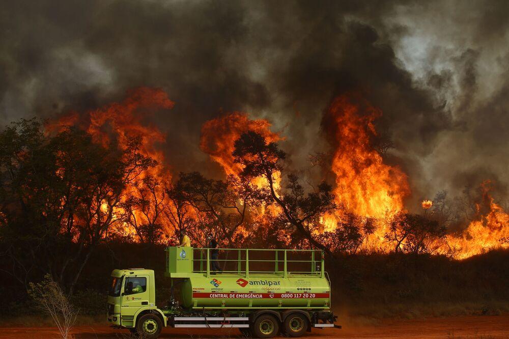 Caminhão de bombeiros durante incêndio no Parque Estadual do Juquery, em Franco da Rocha, na Grande São Paulo, 23 de agosto de 2021