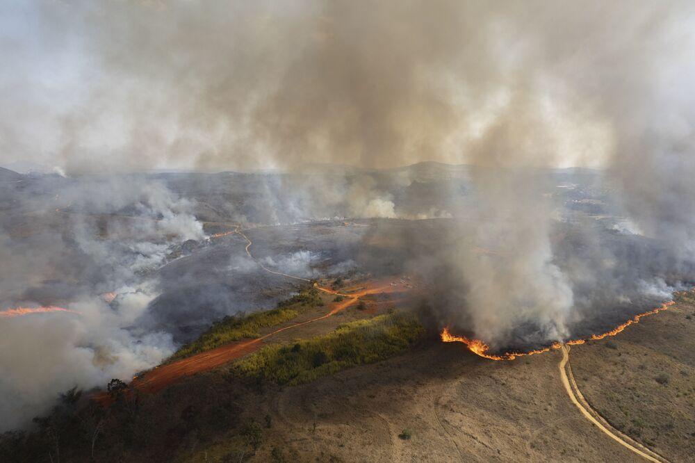 Fumaça do incêndio após a queda de um balão no Parque Estadual do Juquery, em Franco da Rocha, na Grande São Paulo, 23 de agosto de 2021