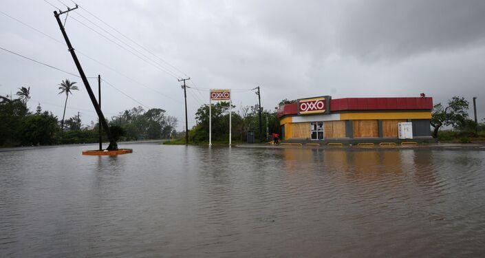 Autoestrada inundada após furacão Grace ter atingido o México, 21 de agosto de 2021