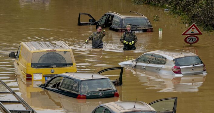 Equipe de resgate busca vítimas nos carros atingidos pela enchente na Alemanha, 17 de julho de 2021