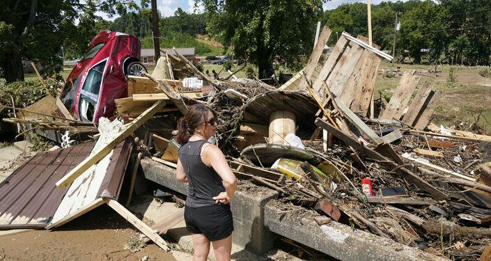 Mulher olha para escombros após fortes chuvas no Tennessee, EUA, 22 de agosto de 2021