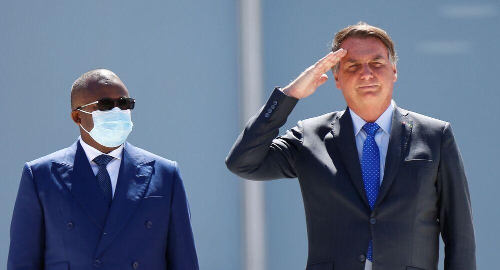 O Presidente Umaro da Guiné-Bissau e o Presidente Jair Bolsonaro do Brasil assistem ao desfile militar durante cerimônia de boas-vindas no Palácio do Planalto em Brasília, Brasil, em 24 de agosto de 2021
