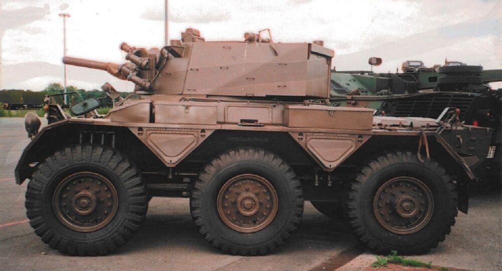 Carro blindado Saladin com um canhão de 76 milímetros