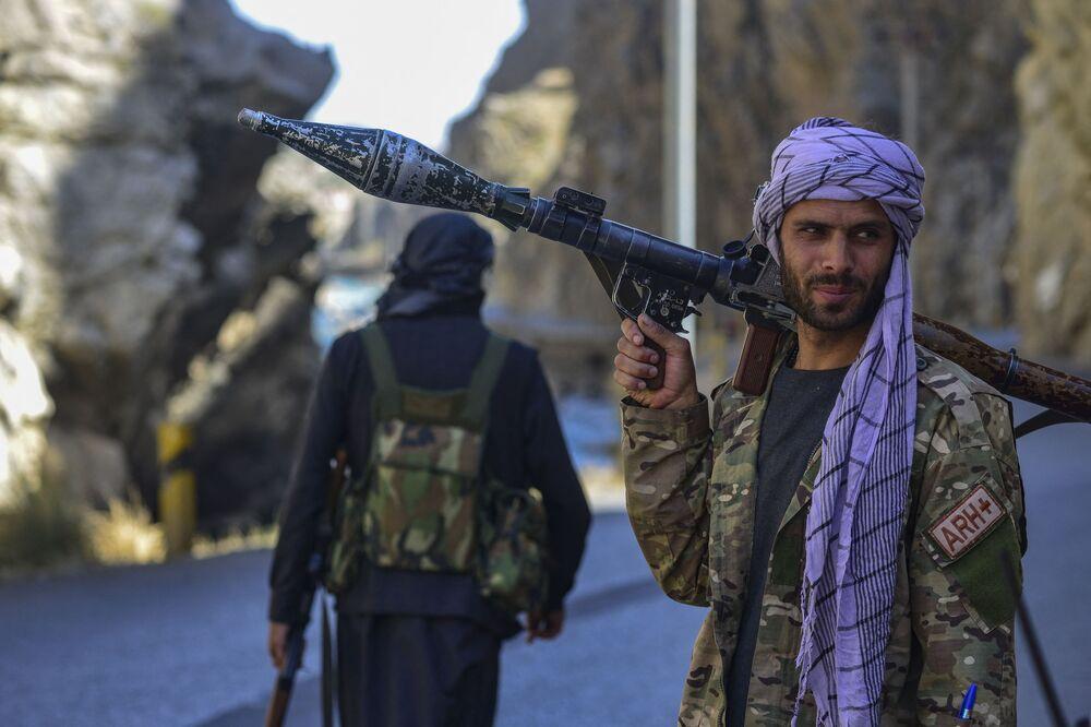 Movimento de resistência afegã e forças revoltosas anti-Talibã patrulham uma estrada na província de Panjshir, Afeganistão, 25 de agosto de 2021