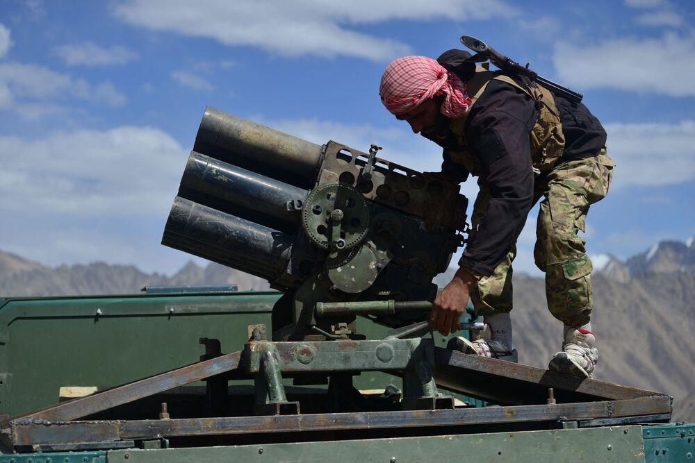 Membro do movimento de resistência afegão se prepara para assumir seu posto em um veículo blindado na província de Panjshir, Afeganistão, 23 de agosto de 2021