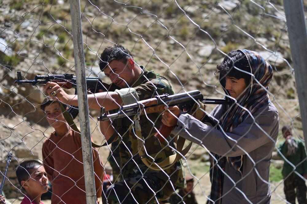 Membros do movimento de resistência afegã disparam durante um treinamento militar na área de Abdullah Khil do distrito de Dara, na província afegã de Panjshir, 24 de agosto de 2021