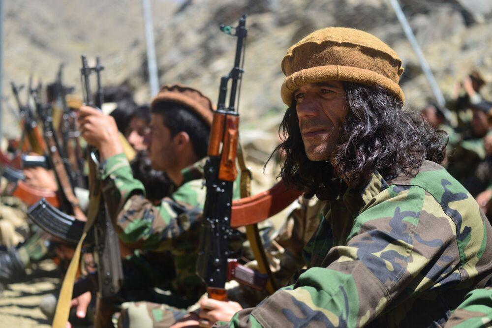 Movimento de resistência afegã participa de treinamento militar na área de Abdullah Khil do distrito de Dara, na província de Panjshir, Afeganistão, em 24 de agosto de 2021
