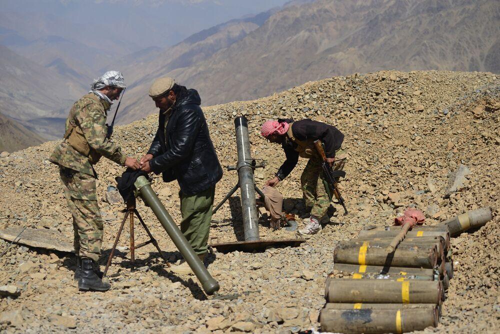 Pessoal do movimento de resistência afegão instala sistema de armas pesadas em um posto avançado na província de Panjshir, Afeganistão, 23 de agosto de 2021