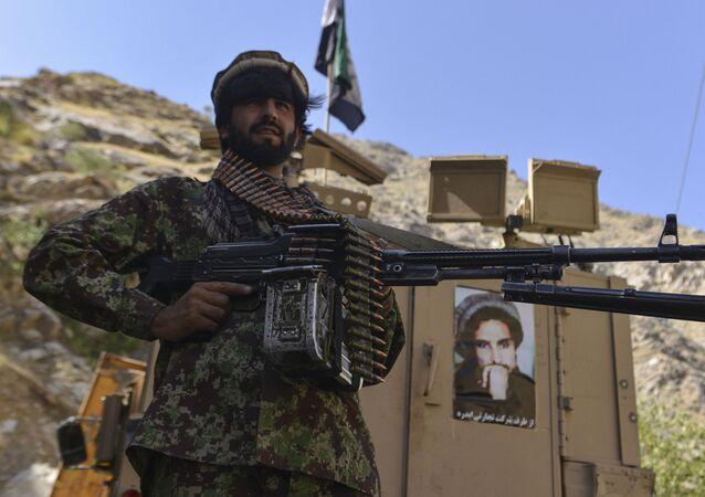 Afegão armado da resistência patrulha uma estrada em Rah-e Tang, na província de Panjshir, Afeganistão, 25 de agosto de 2021