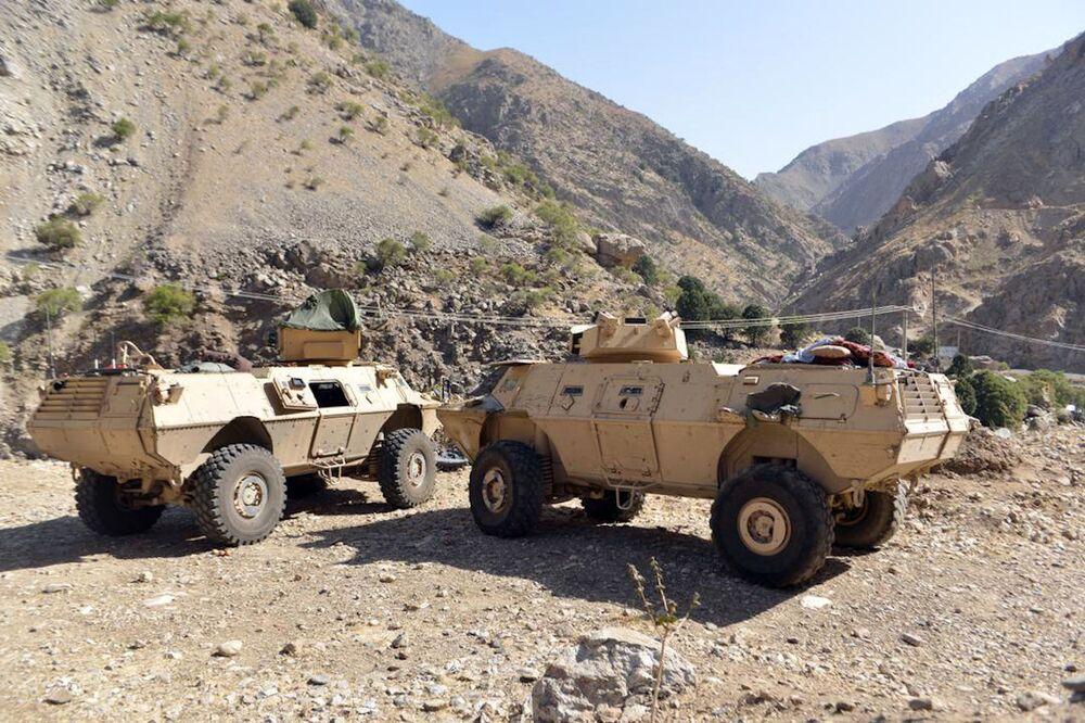 Veículos blindados da milícia leal a Ahmad Massoud, filho de Ahmad Shah Massoud, no vale de Panjshir, Afeganistão, 25 de agosto de 2021