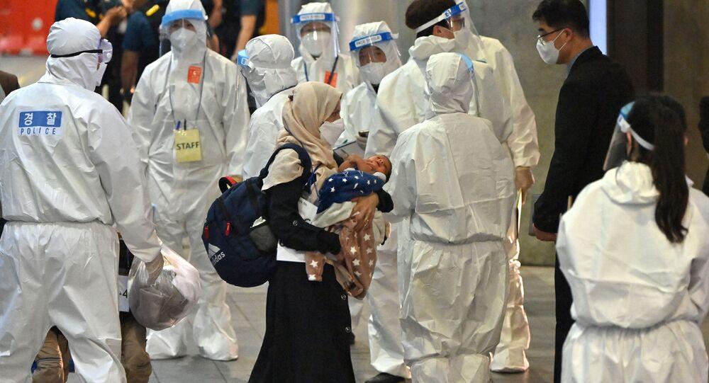 Afegãos evacuados chegam ao Aeroporto Internacional de Seul, 26 de agosto de 2021