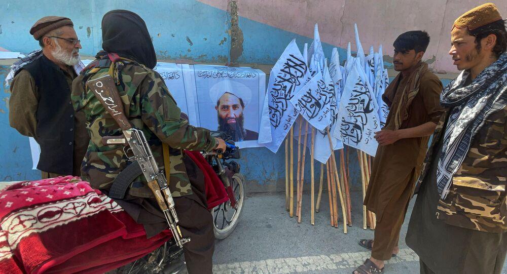 Membros do Talibã (organização terrorista proibida na Rússia e em vários outros países) observam foto de seu líder Mullah Haibatullah Akhundzada, em Cabul, Afeganistão, 25 de agosto de 2021