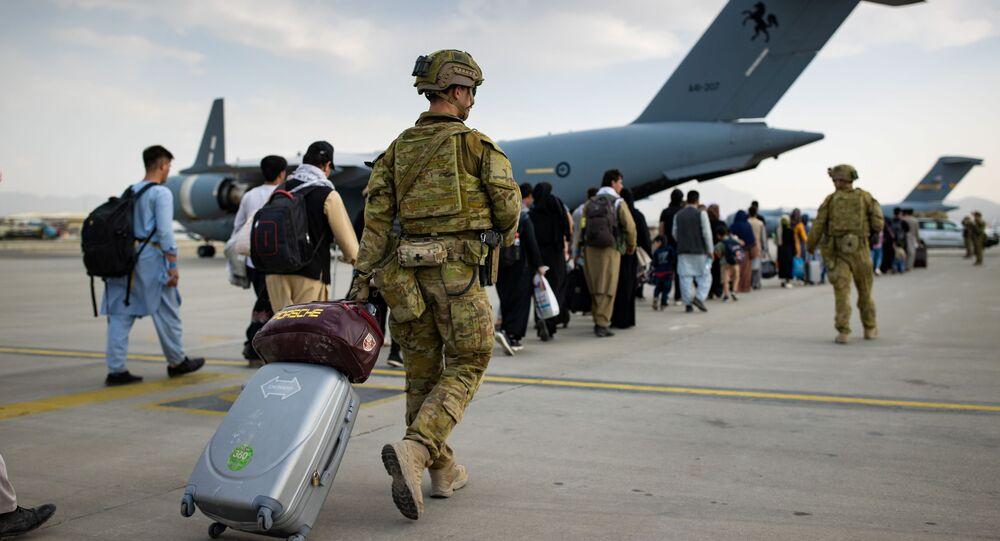 Cidadãos da Austrália e portadores de visto se preparam para embarcar em avião no Aeroporto Internacional Hamid Karzai em Cabul, Afeganistão, 22 de agosto de 2021