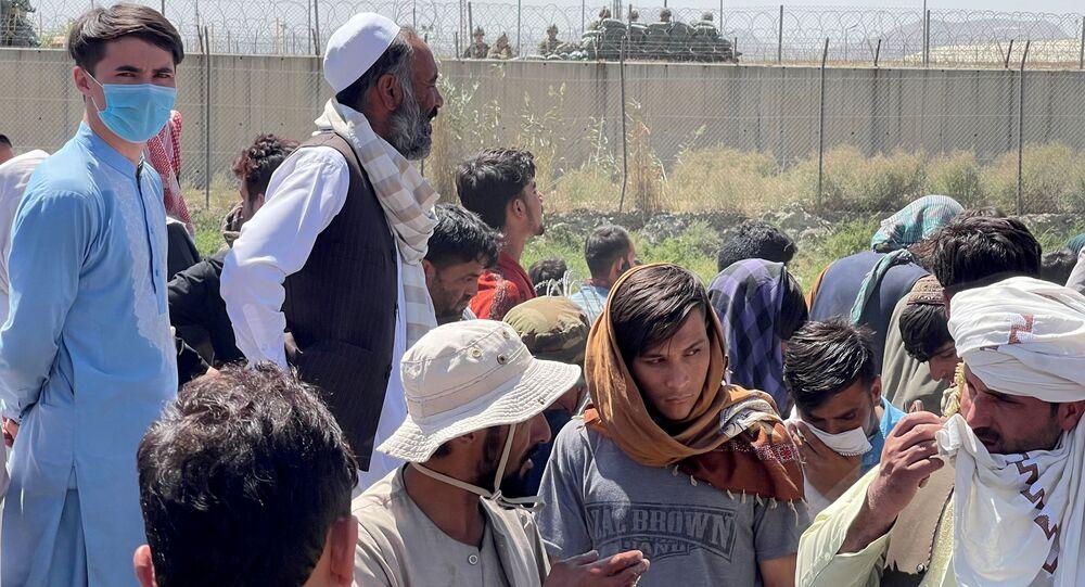 Multidões se preparam para mostrar seus documentos às tropas dos EUA fora do aeroporto de Cabul, Afeganistão, 26 de agosto de 2021