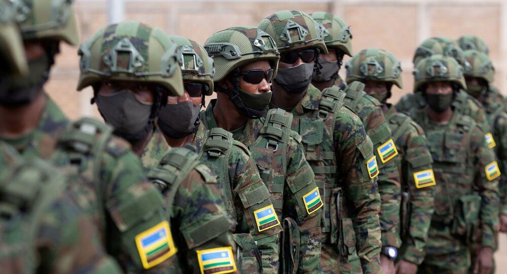 Tropas militares ruandesas partem para Moçambique para ajudar o país a combater o extremistas islâmicos, no Aeroporto Internacional de Kigali, Ruanda em 10 de julho de 2021