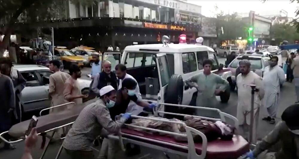 Captura de tela mostra pessoas carregando um ferido para um hospital em Cabul, Afeganistão, 26 de agosto de 2021