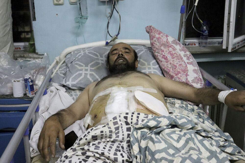 Vítima recebe tratamento médico em um hospital depois de ser ferida em ataques mortais no aeroporto de Cabul, Afeganistão, 26 de agosto de 2021