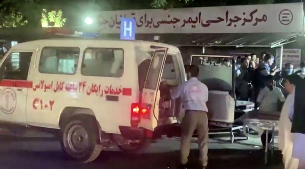 Captura de tela mostra um veículo de emergência enquanto as pessoas chegam a um hospital, Cabul, Afeganistão, 26 de agosto de 2021