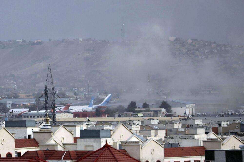 Fumaça sobe de uma explosão mortal fora do aeroporto de Cabul, Afeganistão, 26 de agosto de 2021