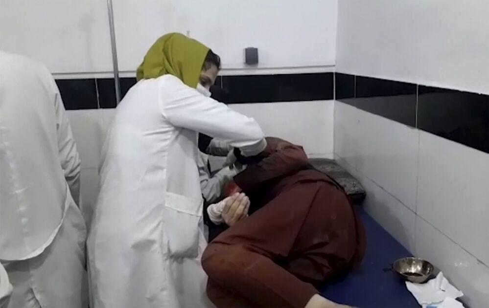 Captura de tela mostra um médico atendendo a um ferido na explosão mortal perto do aeroporto de Cabul, Afeganistão, 26 de agosto de 2021