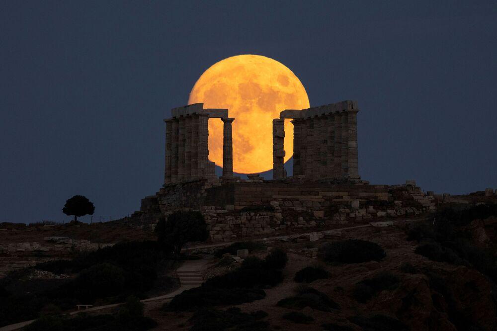 Lua no céu noturno de Atenas