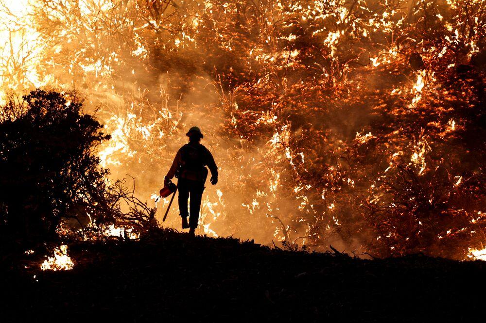 Bombeiro durante um incêndio na Califórnia, EUA