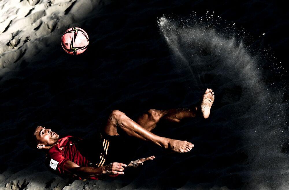 Jogador da seleção espanhola Chiky na fase de grupos do Campeonato Mundial de Futebol de Praia 2021