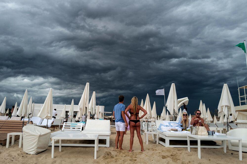 Pessoas olham para as nuvens na praia em Ramatuelle, perto de Saint-Tropez, no sul da França