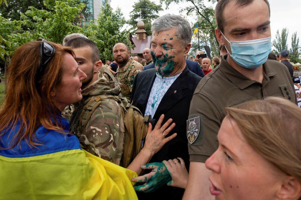 Ex-presidente da Ucrânia Pyotr Poroshenko após um manifestante ter atirado nele uma substância verde, em evento do Dia da Independência da Ucrânia, em Kiev