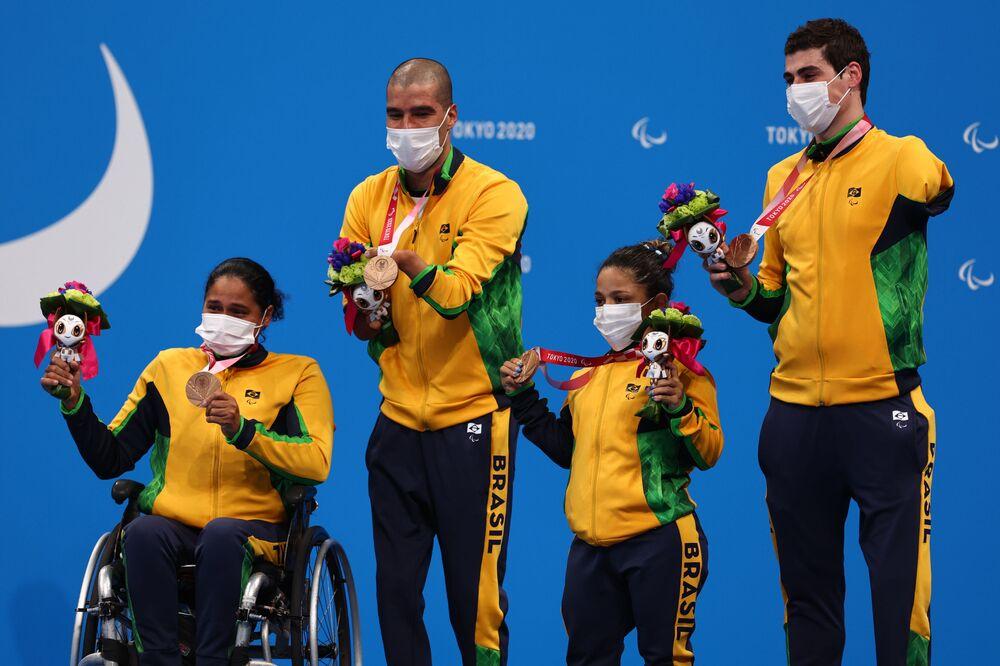 Medalhistas de bronze Patrícia Pereira dos Santos, Daniel de Faria Dias, Joana Maria da Silva Neves Euzébio e Talisson Henrique Glock comemoram no pódio