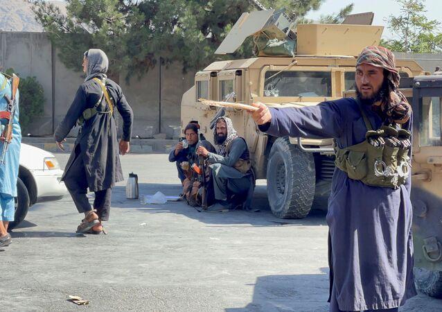 Forças do Talibã bloqueiam rodovias nos arredores do aeroporto em Cabul, Afeganistão, 27 de agosto de 2021