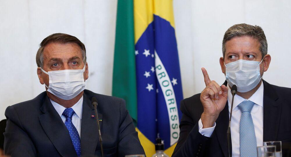 Presidente do Brasil, Jair Bolsonaro, e o presidente da Câmara, Arthur Lira, participam de reunião para entrega da medida provisória para mudanças no programa de assistência social Bolsa Família (Bolsa Família) Brasília, Brasil, em 9 de agosto de 2021