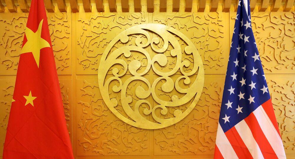 As bandeiras da China e dos Estados Unidos estão armadas para uma reunião no Ministério dos Transportes da China em Pequim, China, em 27 de abril de 2018