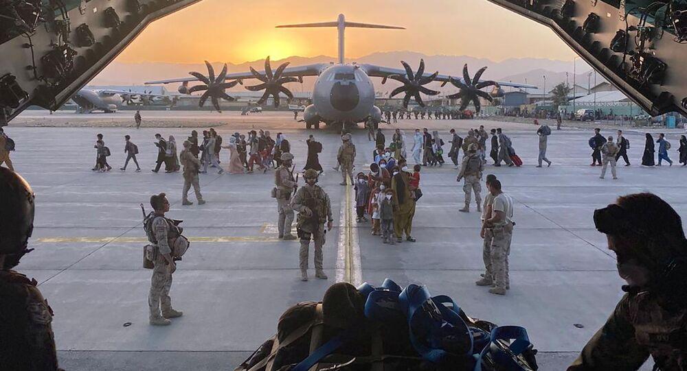 Colaboradores afegãos, suas famílias, soldados espanhóis e membros da embaixada a bordo de um avião militar durante evacuação no aeroporto internacional de Cabul
